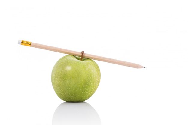 Mela verde e matita.