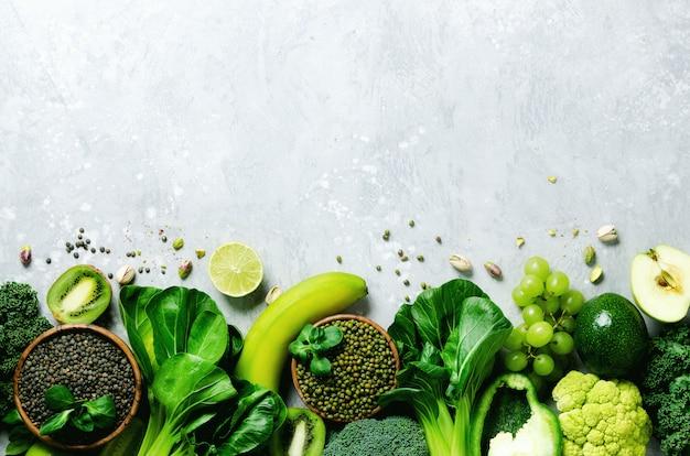 Mela verde, zucchine, cetriolo, avocado, cavolo, lime, kiwi, uva, banana, broccoli, lenticchie in marmo, fagioli mung
