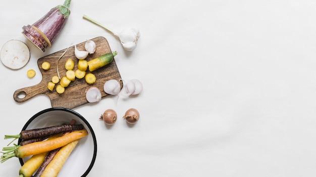 Melanzana; carota; aglio e cipolle su sfondo bianco