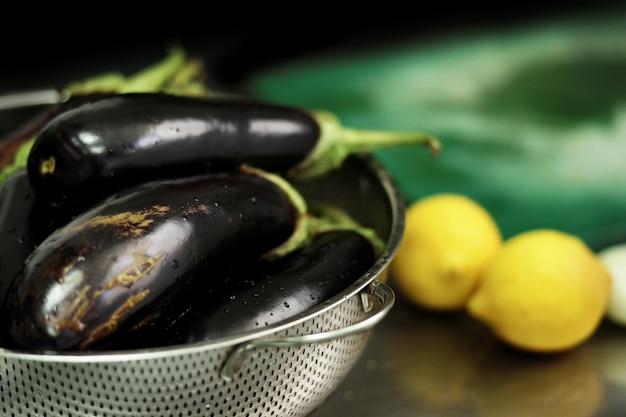 Melanzane e limoni freschi prima della cottura