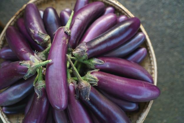 Melanzane fresche viola