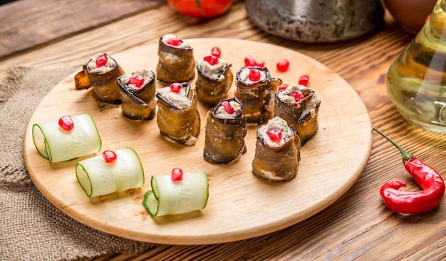 Melanzane ripiene fritte rustiche con rucola decorata con carne e formaggio