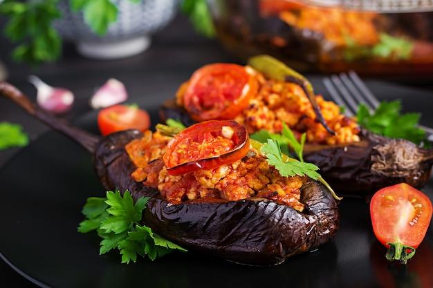 Melanzane ripiene turche con carne macinata di manzo e verdure al forno con salsa di pomodoro
