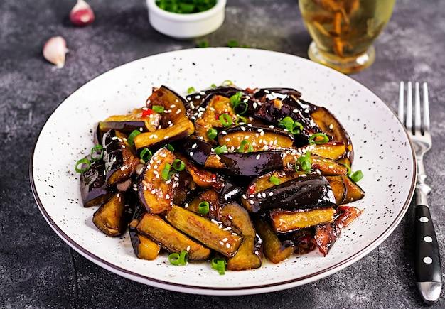 Melanzane speziate piccanti in stile coreano con cipolla verde. melanzane saltate