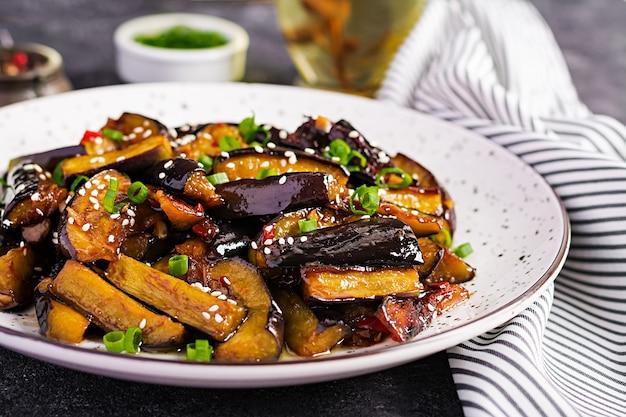 Melanzane speziate piccanti in stile coreano con cipolla verde