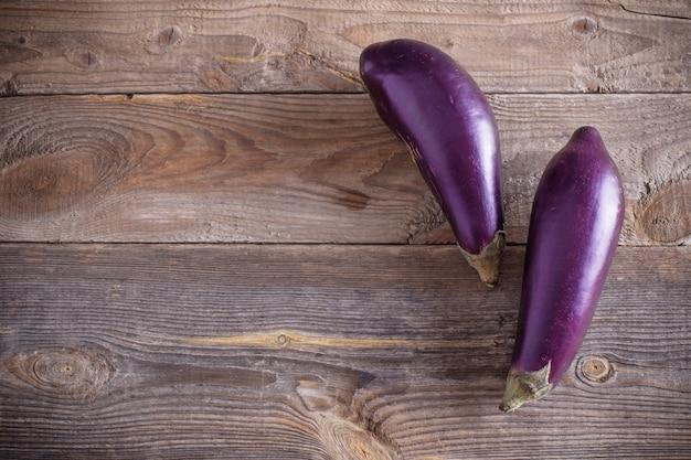 Melanzane viola sulla tavola di legno