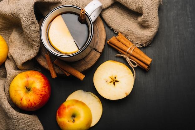 Mele e stoffa vicino a bevande aromatizzate