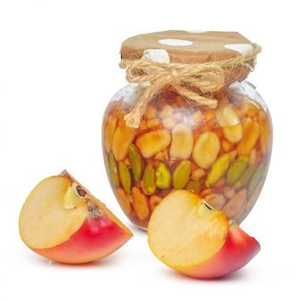 Mele e vaso del miele per la festa ebrea del nuovo anno isolata