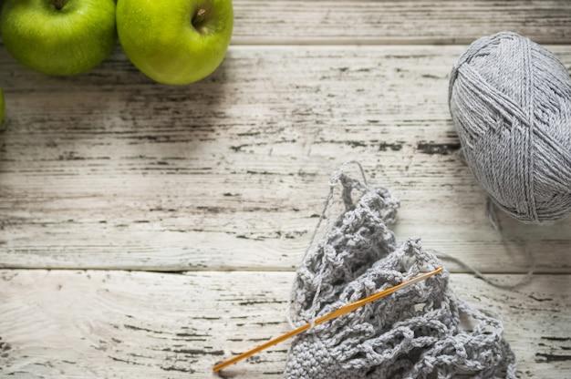 Mele mature in una bellissima borsa di cotone grigio alla moda, confezione ecologica, zero sprechi.