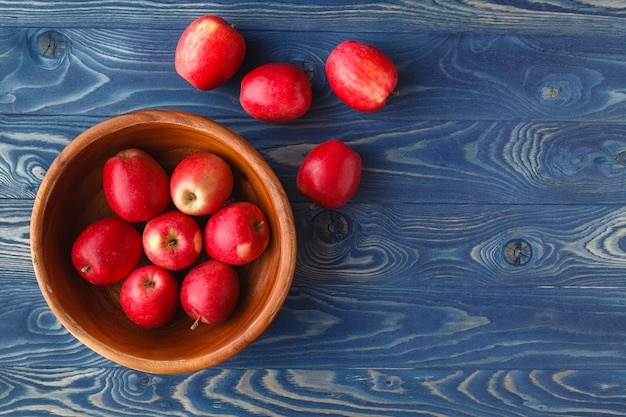 Mele rosse mature fresche in ciotola