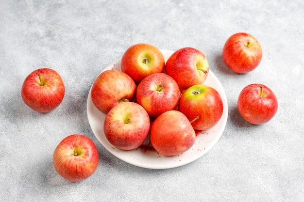 Mele rosse organiche deliziose mature.
