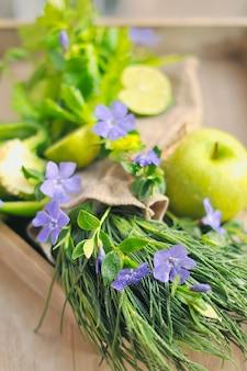 Mele verdi e lime, cipolle verdi. autunno bouquet di frutti e fiori.