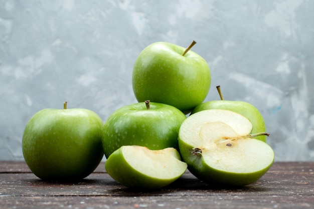 Mele verdi fresche di vista frontale affettate e intere su gray