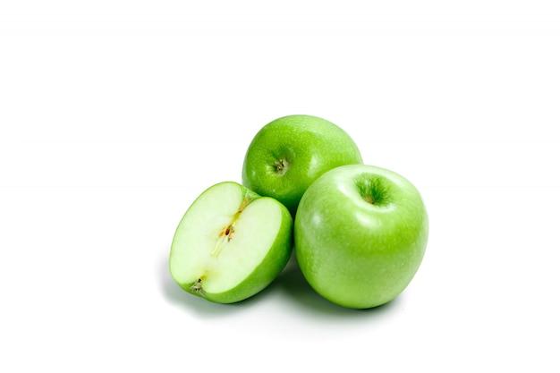 Mele verdi su un bianco, composizione, isolato.