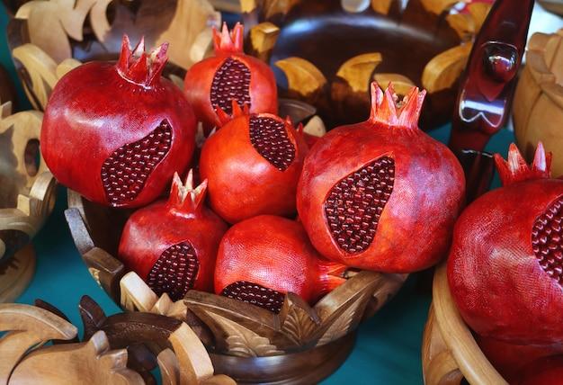 Melograni in legno esposti nel negozio di souvenir a yerevan, armenia