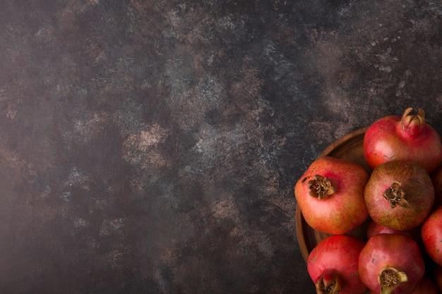 Melograni rossi in un vassoio sulla tavola nera