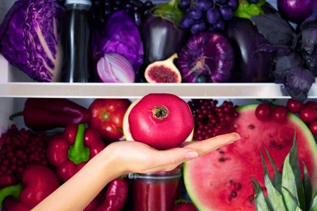 Melograno antiossidante organico sano viola estivo, verdure e frutta: cavolo, melanzane, uva, fico come alimentazione sana, dieta e stile di vita. frigo, vegano. concetto vegetariano e crudo