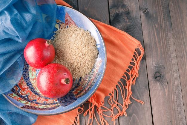 Melograno in ciotola di ceramica con riso integrale