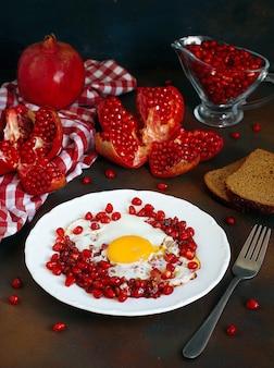 Melograno tradizionale di cucina dell'azerbaigian con il narnumru dell'uovo sul piatto bianco, vista superiore, primo piano