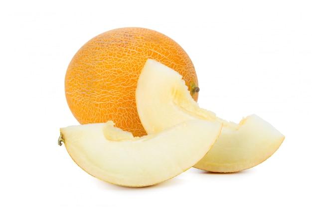 Melone affettato isolato su bianco