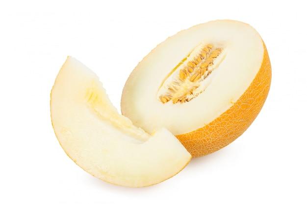 Melone affettato isolato su fondo bianco