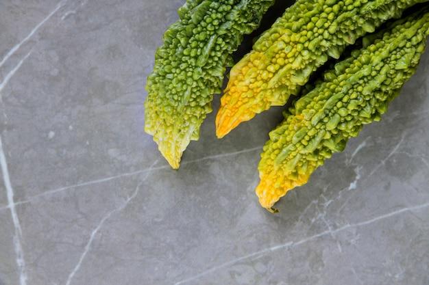 Melone amaro di frutta o verdura verde biologica coltivata in una fattoria indiana.