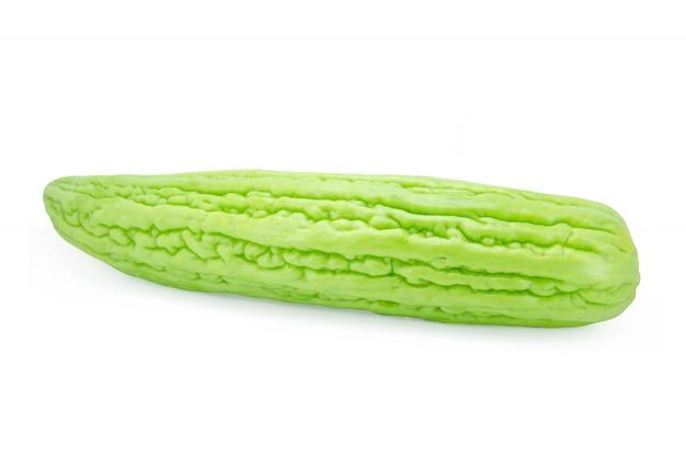 Melone amaro isolato su bianco