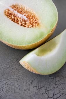 Melone cantalupo affettato su oscurità