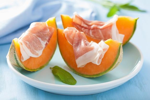 Melone cantalupo con prosciutto. antipasto italiano