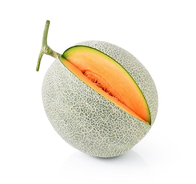 Melone del cantalupo isolato su fondo bianco