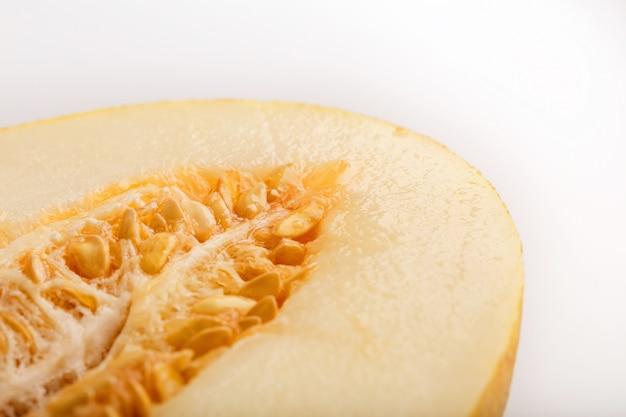 Melone giallo della siluro su bianco