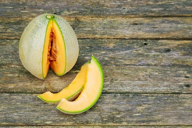 Meloni freschi a fette sul tavolo di legno