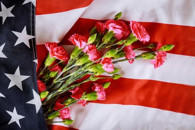 Memorial day, fiori di garofano su sfondo bandiera americana