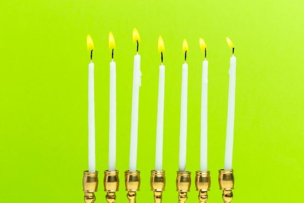 Menorah di bronzo hanukkah con candele accese