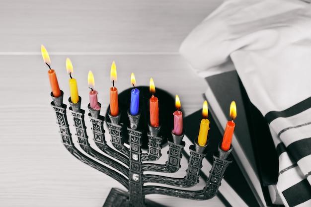 Menorah di hanukkah con candele accese felici