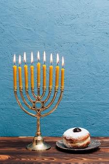 Menorah ebraica con deliziosa ciambella