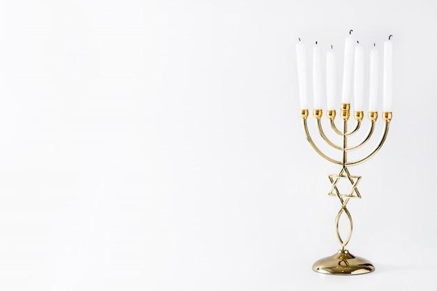 Menorah ebraico di hanukkah sulla superficie bianca
