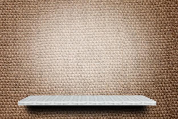 Mensola bianca vuota su fondo marrone per la pubblicità sullo sfondo