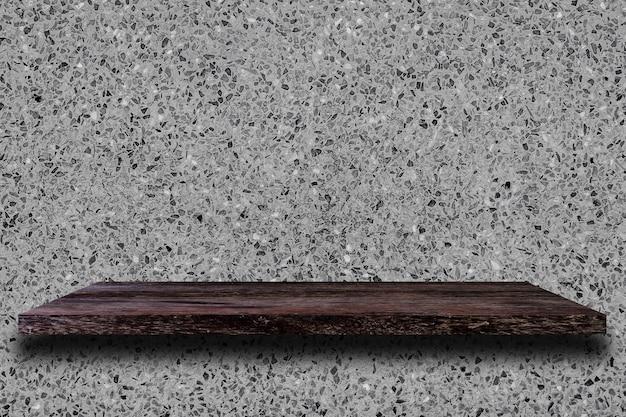 Mensola di legno vuota sul muro di cemento.