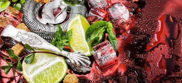 Menta, lime, ingredienti di ghiaccio e utensili da bar