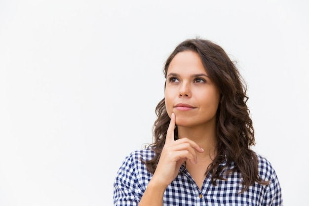 Mento commovente del cliente femminile pensieroso vago