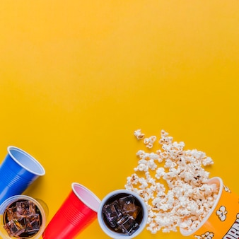 Menu del cinema con scatola per popcorn