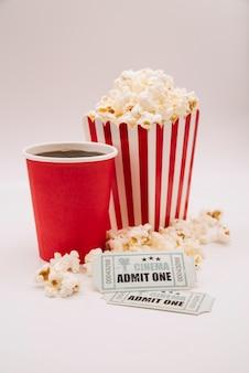 Menu del cinema con un biglietto