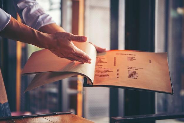 Menu di apertura del cameriere per introdurre il menu del ristorante.