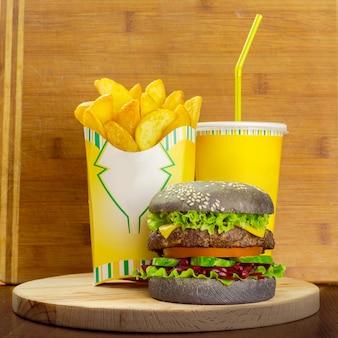 Menu di fast food con hamburger, patatine fritte e bicchiere di cola