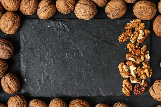 Menu di noci, gustoso e salutare (nocciole, noci intere). sfondo di cibo. copyspace. vista dall'alto