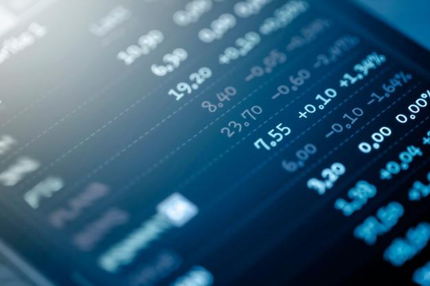 Mercato azionario o grafico commerciale su display a led, investimenti finanziari e concetto di tendenze economiche