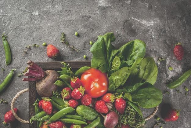 Mercato. cibo vegano sano. verdure fresche, bacche, verdure e frutta