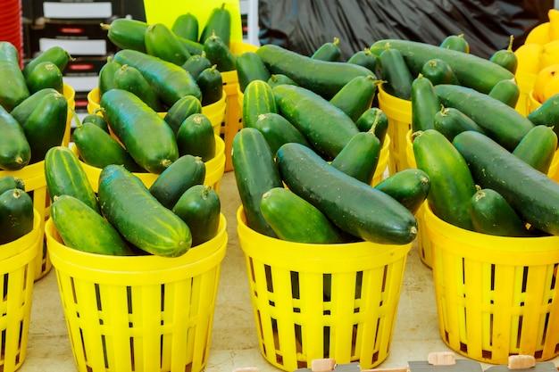 Mercato degli agricoltori dei cetrioli assorted freschi delle verdure