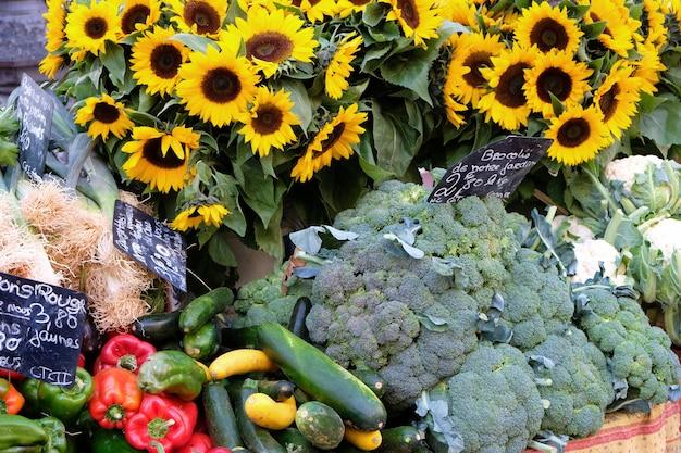 Mercato degli agricoltori in francia con verdure e girasoli.